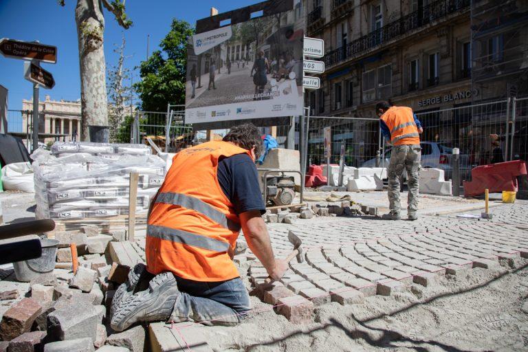 Pose des pavés à l'entrée du parking Charles de Gaulle, rue Pythéas