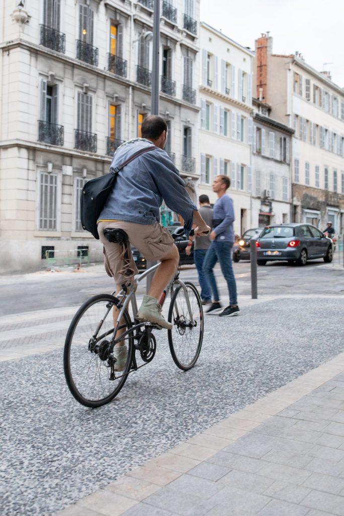 Cycliste sur la piste cyclable du Cours Lieutaud