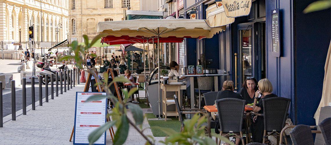 Une terrasse de restaurant, rue Reine Elisabeth